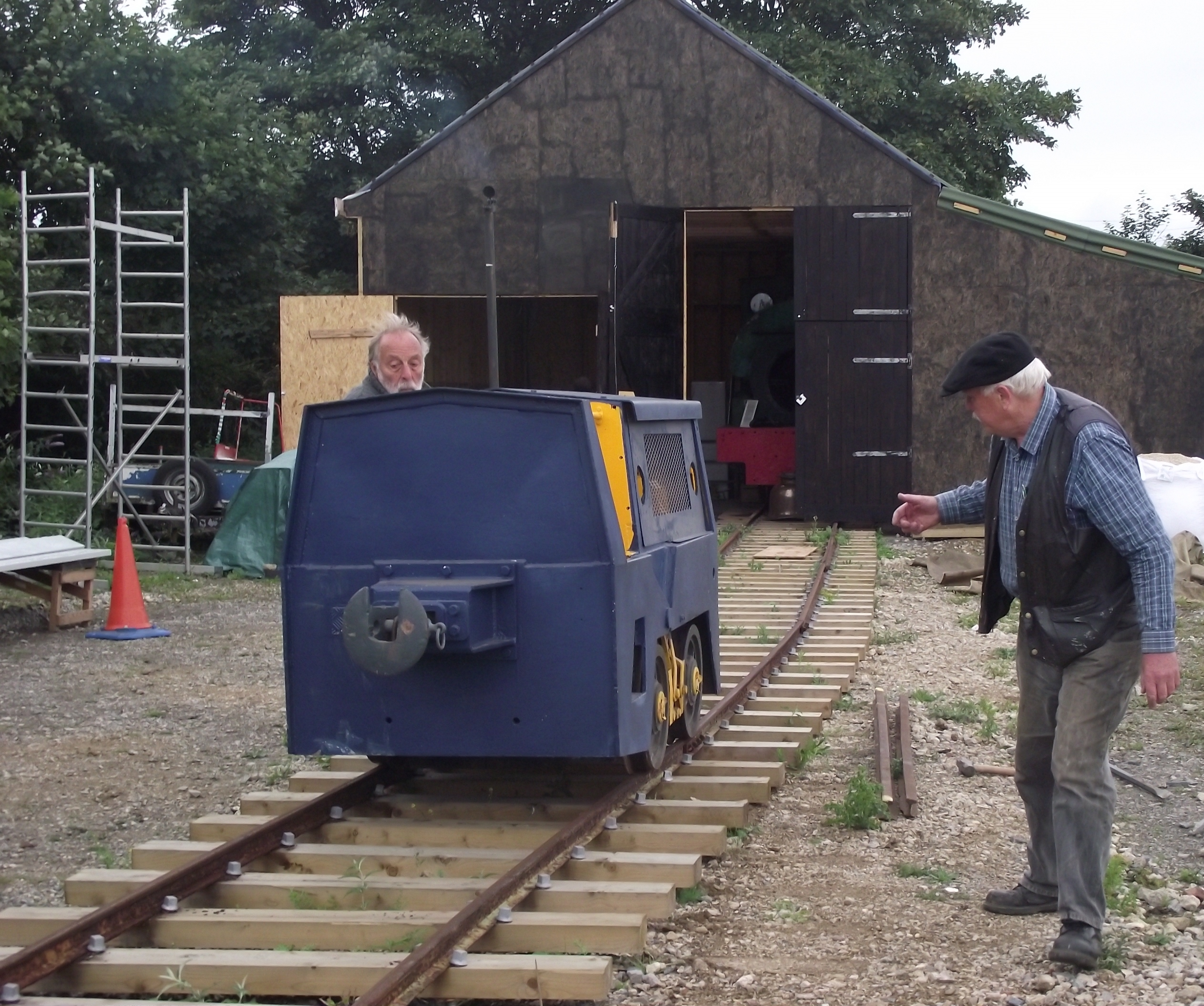 Motor Rail loco moves between sidings – without any pointwork